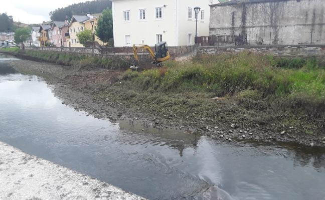 Vegadeo retira los sedimentos del río Suarón ante el riesgo de inundaciones
