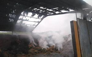 Extinguido tras diez horas de trabajo un fuego en una nave agrícola de Nava
