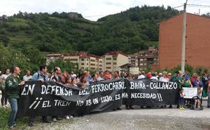 Los usuarios del tren en Aller protestan para exigir mejoras en el servicio