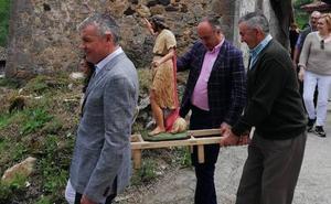 Belarmino Feito, en la procesión de San Juan de su pueblo natal