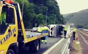 Un herido al volcar su furgoneta en la A-66 en Olloniego