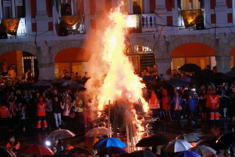 Mieres enciende la foguera por San Juan