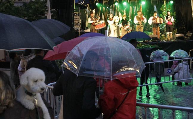 La hoguera resiste a la lluvia