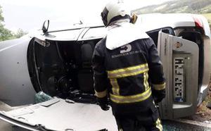 Herida una mujer tras volcar con su coche en Villaviciosa