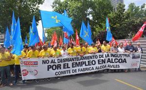 La 'Marcha del Aluminio' congrega a medio millar de personas frente al Ministerio de Industria