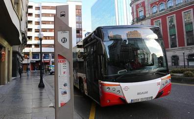 Ocho pasajeros heridos al colisionar un autobús municipal con un coche en Pumarín