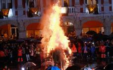 La foguera arde en Mieres por San Juan