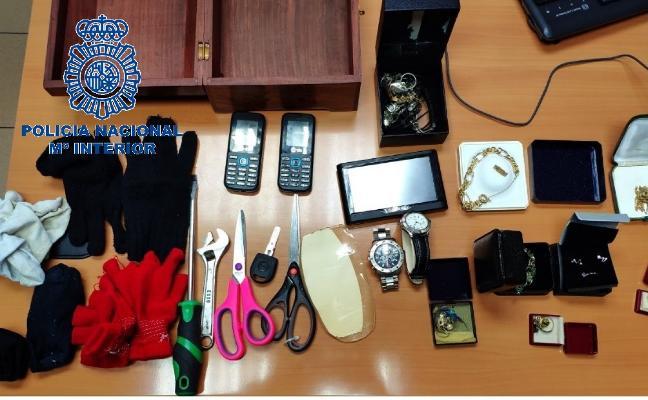 Detiene a dos mujeres por robar en pisos y que tenían una gran variedad de joyas