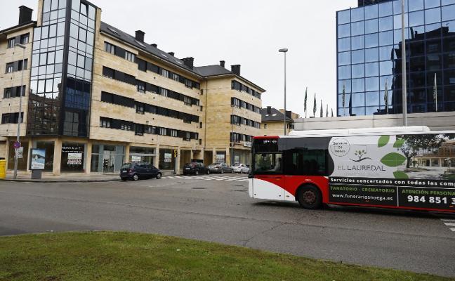 Ocho personas heridas al chocar un autobús con un coche en Gijón