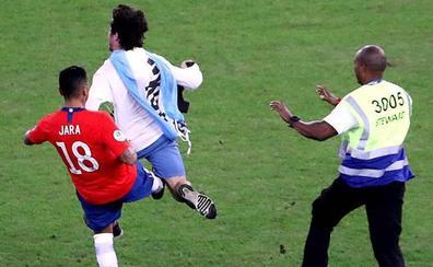 La polémica patada de un futbolista chileno a un aficionado