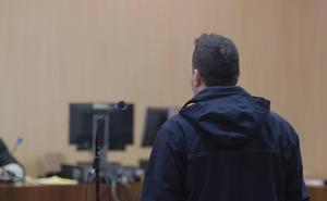 El acusado por masturbarse delante de tres menores en Gijón lo niega