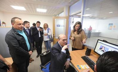 Aguas de Avilés ya cuenta con una oficina accesible a personas sordas e invidentes