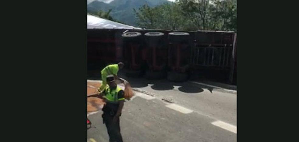 Aparatoso accidente de un camión en la autopista del Huerna
