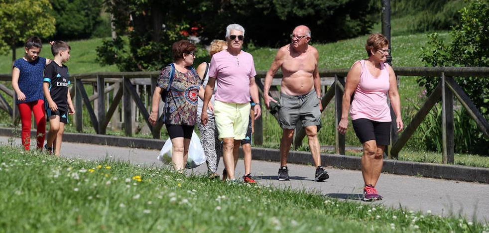 Diez personas atendidas por golpes de calor en Asturias, donde se superan los 30 grados
