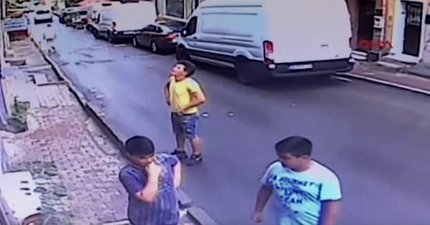 Atrapa al vuelo a una niña de 2 años que cayó por una ventana