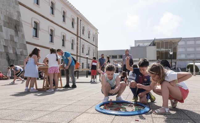 Diversión y juegos llenan la plaza de la República en la 'fiesta de fin de curso'