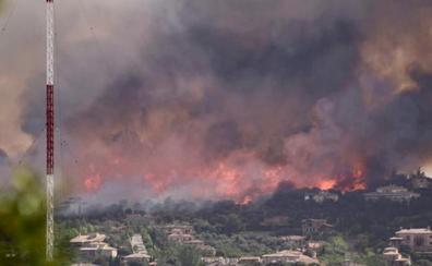 Un incendio forestal obliga a desalojar dos urbanizaciones de Toledo