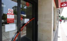 Dos ladrones roban a mano armada 30.000 euros en un banco en Montevil