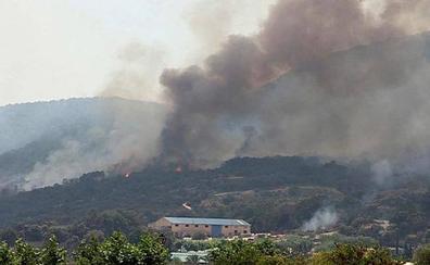 Los Bomberos luchan en Toledo y Madrid para que fuego no avance hacia las poblaciones de Almorox y Cadalso