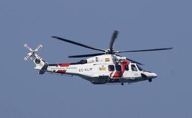 Rescatados los dos tripulantes de un barco hundido frente a la costa de Navia