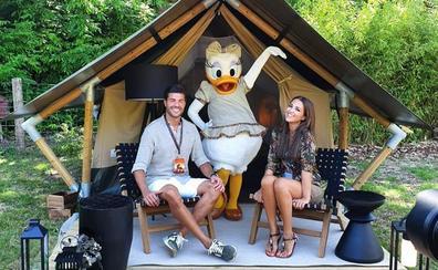 Paula Echevarría disfruta de Disneyland París con Miguel Torres y su hija Daniela