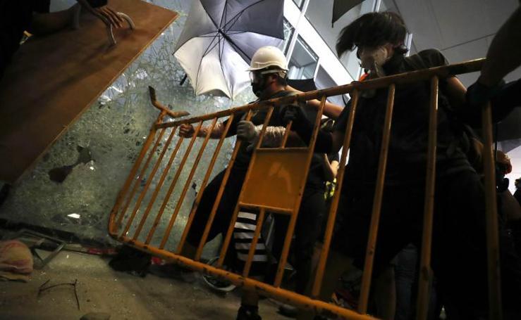 El asalto al parlamento en Hong Kong, en imágenes