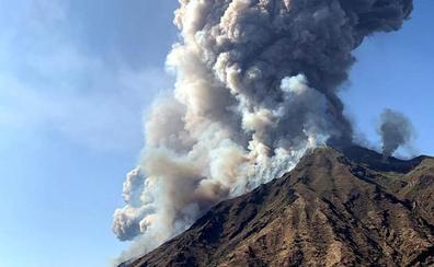 Un muerto por la erupción del volcán Estrómboli en Italia
