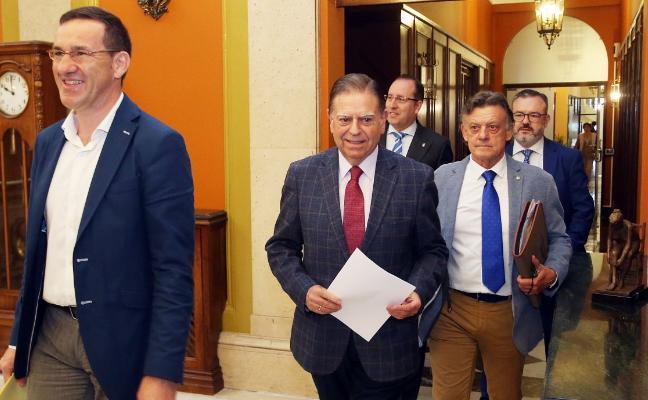 PP, Ciudadanos y Vox aprueban liberar a 18 ediles y 'medio' en Oviedo y subir sus retribuciones