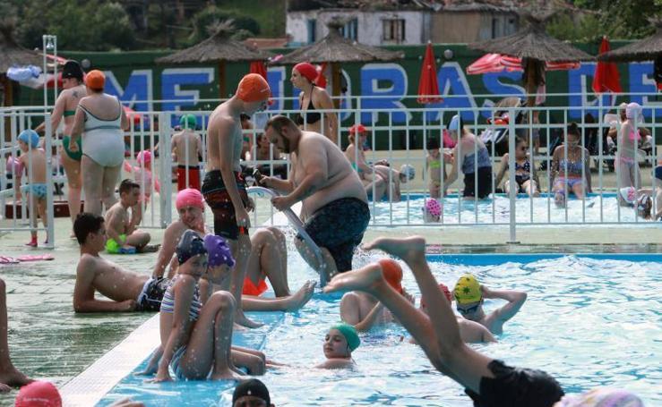 El calor empuja a los asturianos a las playas y piscinas