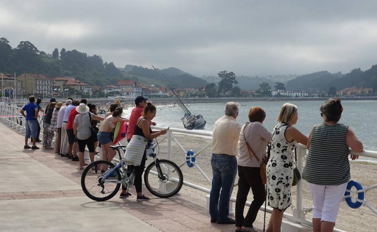 Gran expectación en Ribadesella por velero varado