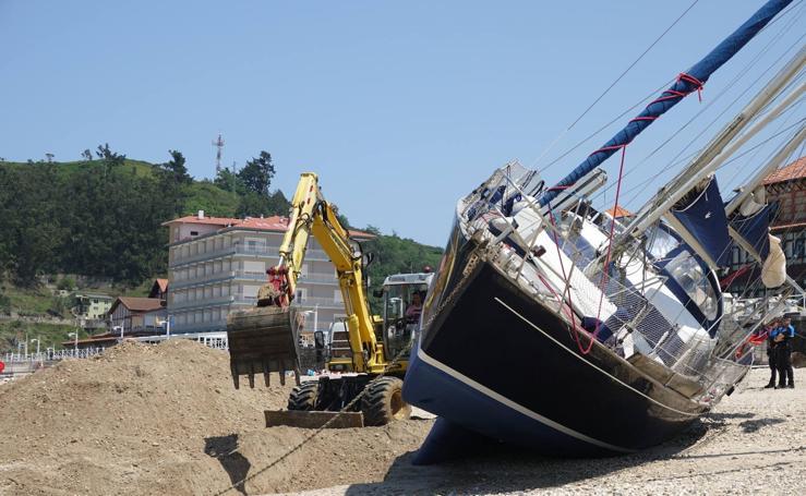 Construyen un canal para arrastrar el velero varado en Ribadesella