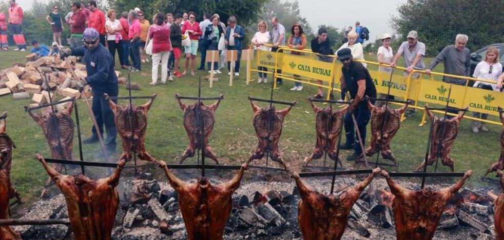 Llagüezos celebra la fiesta del cordero que hermana a Lena y Quirós