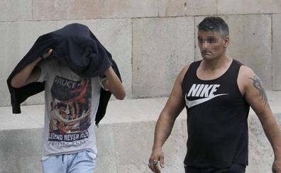 La víctima de La Manada de Manresa incrimina a tres de los siete acusados