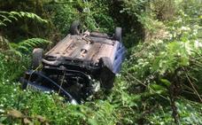 Un hombre herido tras caer su coche por un terraplén