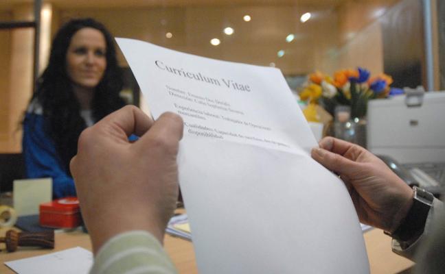 El éxodo de jóvenes asturianos desploma la demanda de empleo de estudiantes
