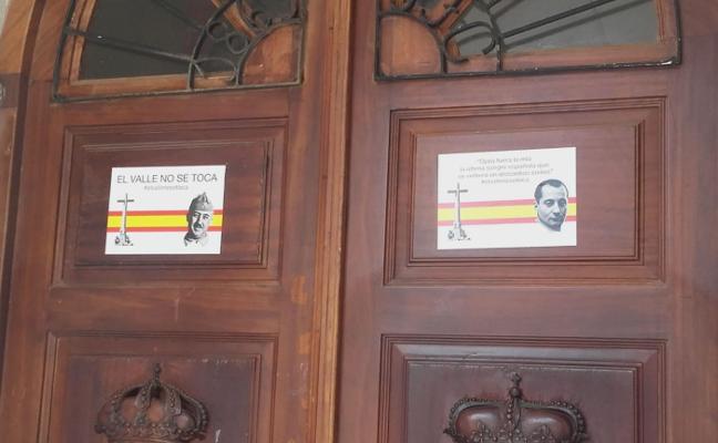 Colocan pegatinas de Franco y Primo de Rivera en el Ayuntamiento de Tapia
