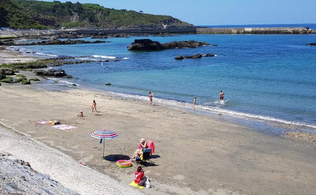 La calidad del agua en las playas de Luarca es «excelente» según los análisis