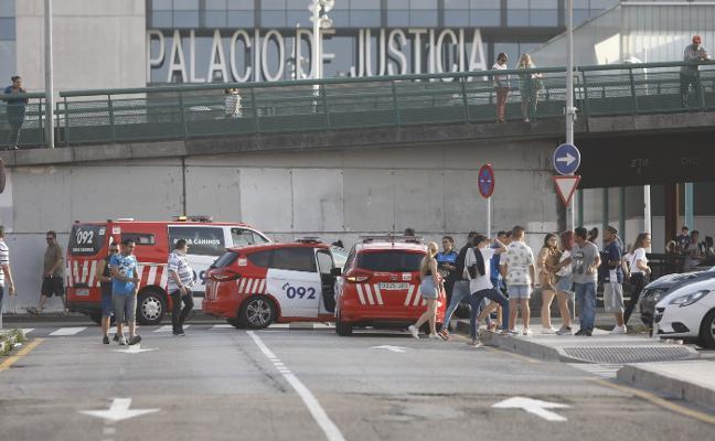 Cuatro arrestados tras una trifulca en Gijón que acabó con tres heridos y agresiones a policías