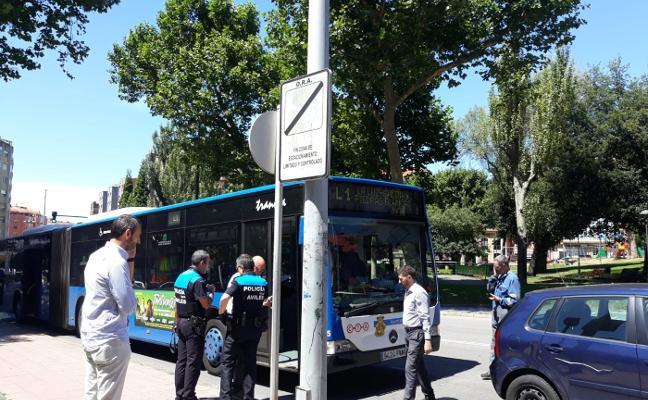 Cuatro heridos leves al chocar un turismo con un autobús