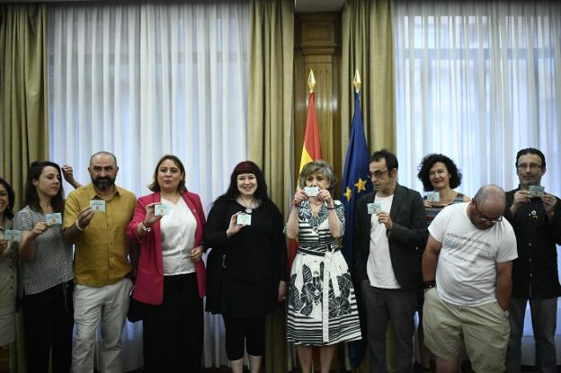 La ministra de Sanidad en funciones, María Luisa Carcedo (en el centro), durante la reunión con los colectivos LGTBI y entidades de VIH y sida para coordinar la distribución de preservativos dentro de la campaña #SiemprePreservativo. / E. P.