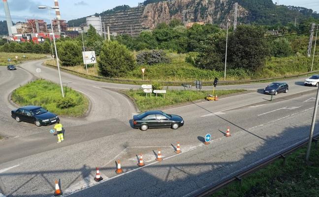 Vecinos de Carreño reclaman soluciones al caos de tráfico en la rotonda de El Empalme