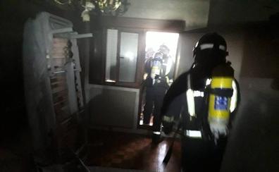 Una mujer resulta herida en el incendio de su vivienda en El Berrón