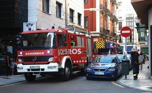 Los bomberos sofocan un incendio en una casa de Gijón