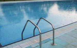 Rescatan a un adolescente flotando «boca abajo» en la piscina de Oviedo