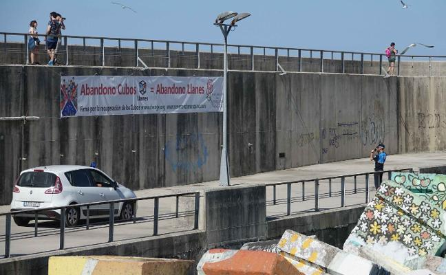 Denunciados por colocar una pancarta en Llanes por el mal estado de los Cubos de la Memoria
