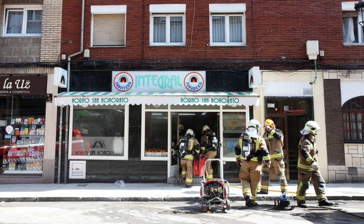 Un incendio en una panadería obliga a desalojar un edificio en Oviedo