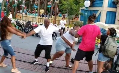 Una familia, a golpes en el parque de atracciones de Disneyland de California