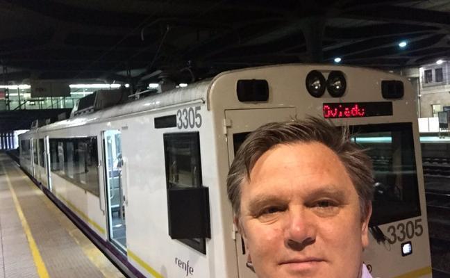 El inglés que se encontró con los trenes de Asturias: «Es estúpido, chocante y de locos»