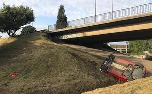 Un conductor, ileso tras caer con su vehículo desde el puente de Ángel Cañedo