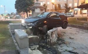Un conductor ebrio se empotra y destroza una fuente del siglo XVIII en Oviedo